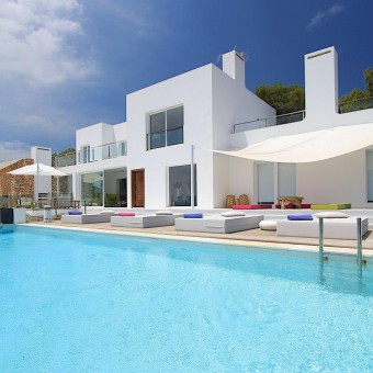 A magnificent luxury holiday rental with very spoiling sea views